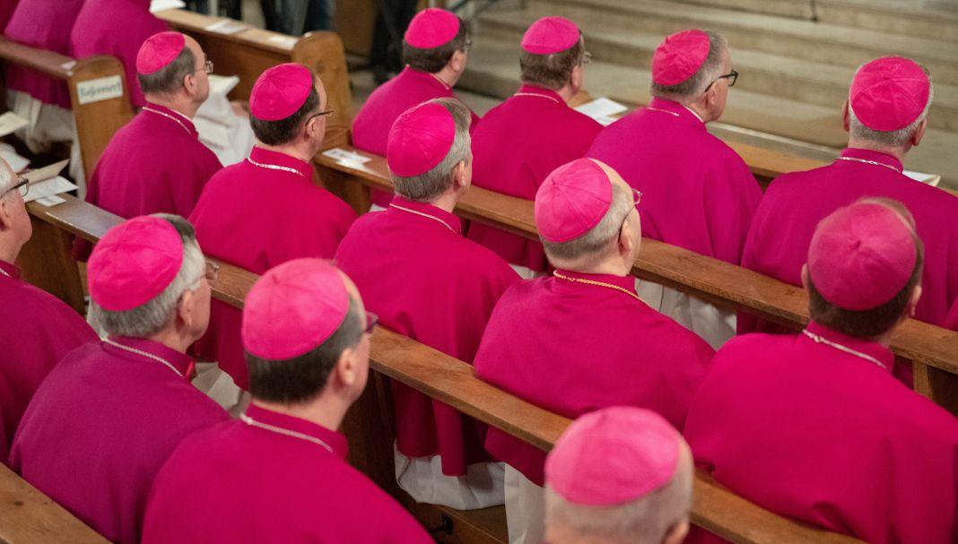 Nur Männer in katholischen Weiheämtern. Frauen bleiben in der Katholischen Kirche viele Ämter verwehrt - aufgrund ihres Geschlechts.