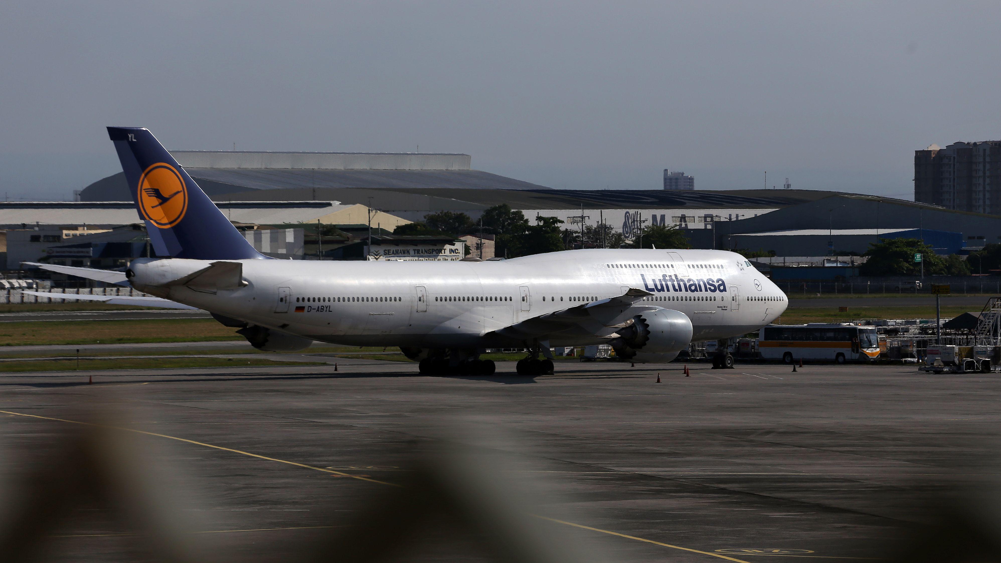 Philippinen, Manila: Eine Lufthansa-Maschine steht am Flughafen. Mehr als 300 Deutsche warten auf dem internationalen Flughafen Ninoy Aquino auf einen Lufthansa-Flug, der von der deutschen Botschaft auf den Philippinen wegen der Covid-19-Pandemie gechartert wurde.