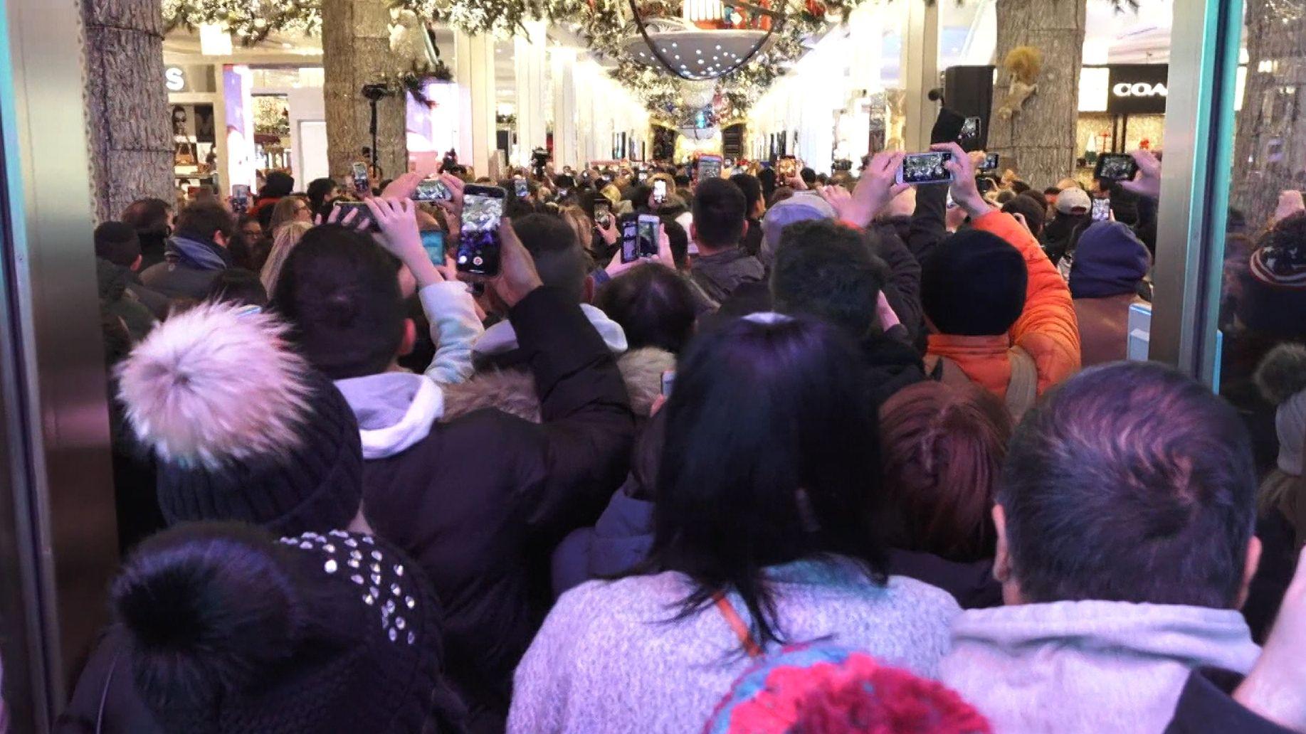 Menschen drängen sich ins Kaufhaus Macy´s in New York