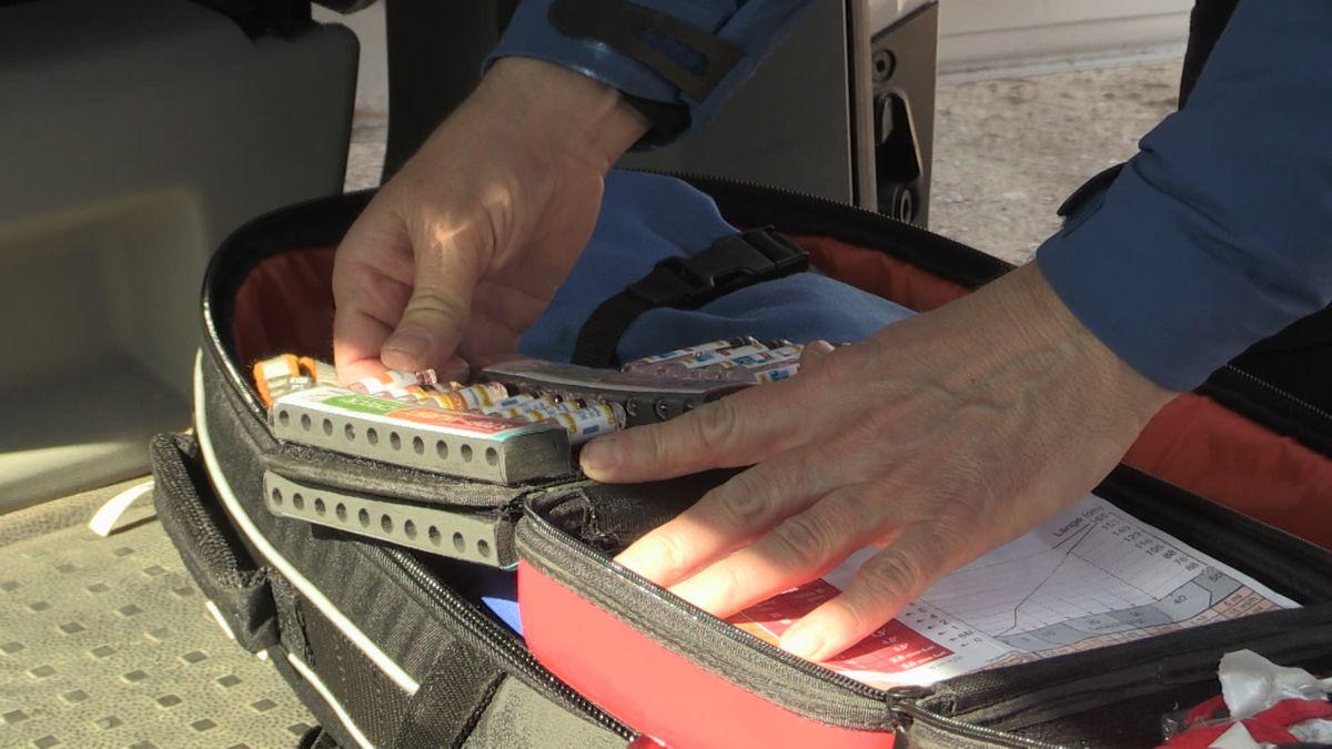 Ein Koffer der Bergwacht wird kontrolliert: Ist alles medzinizsche Einsatzgut dabei? Nichts abgelaufen?