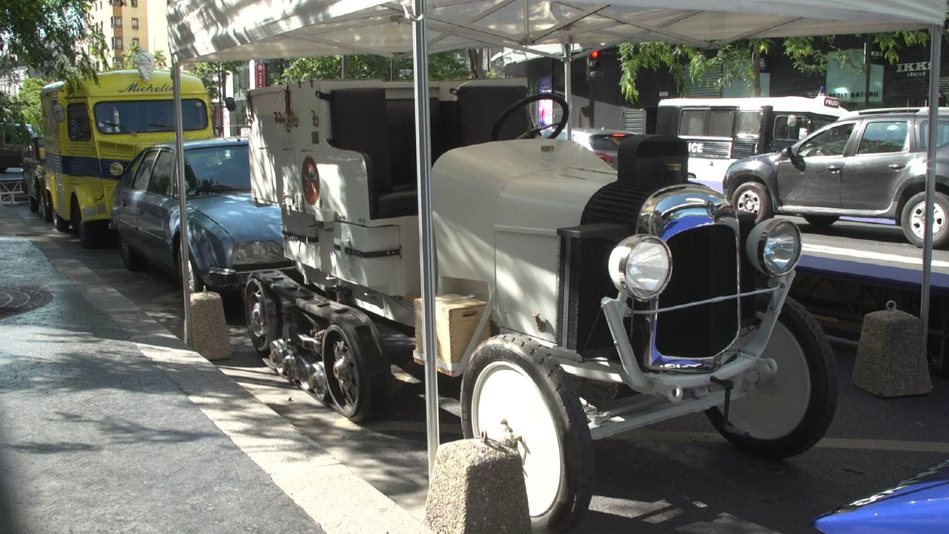 Weißer Citroën-Oldtimer unter Dach