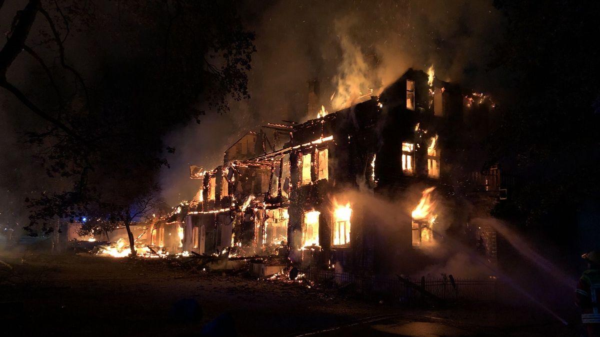 Brennendes Haus mit Löschwasser.
