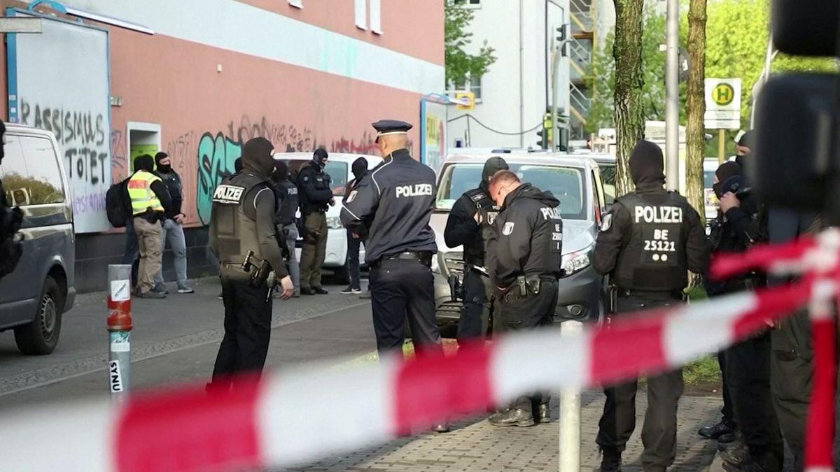 Polizisten durchsuchten am Morgen in mehreren Städten unter anderem Vereinsräume und Moscheen