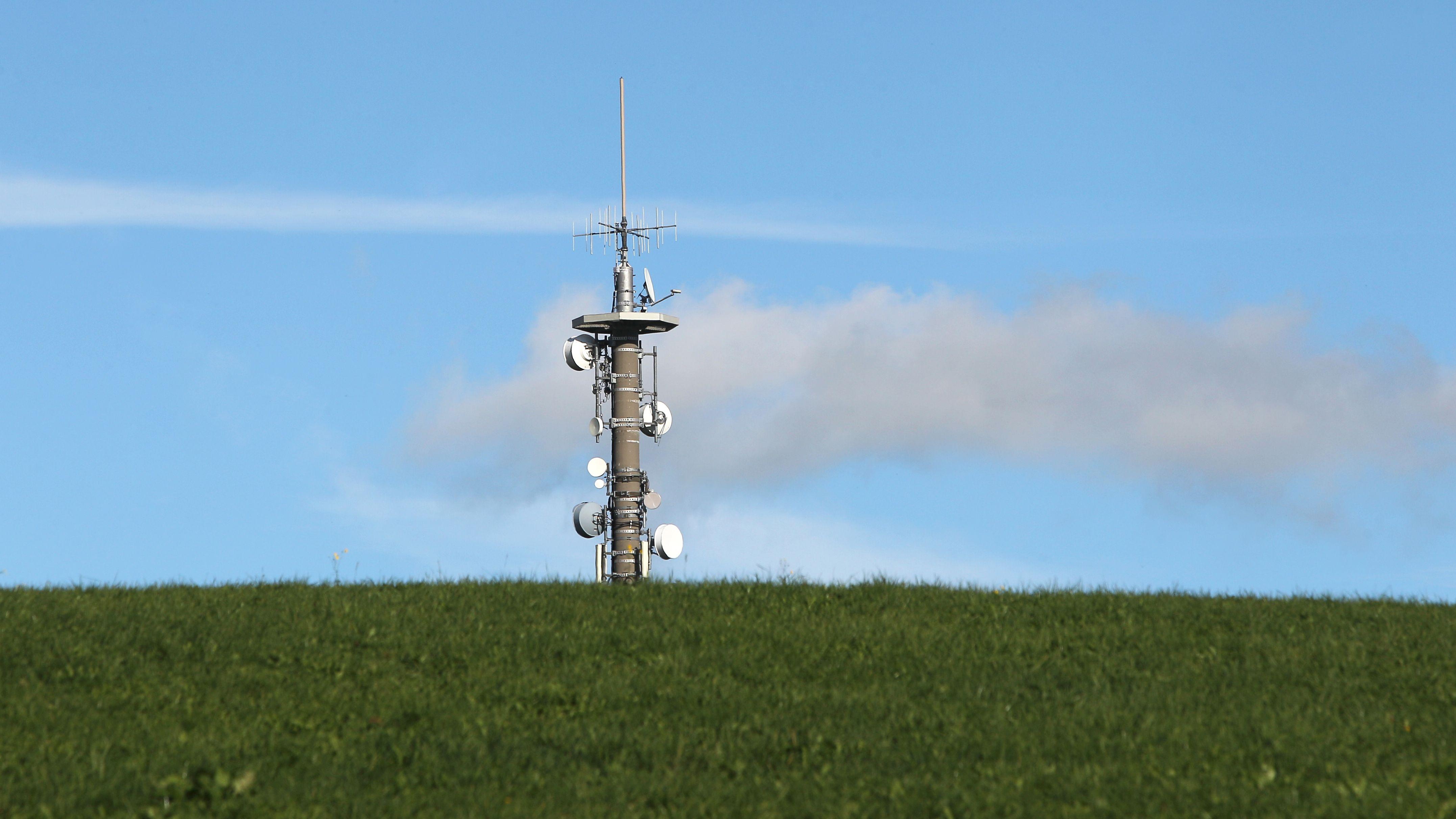 Symbolbild eines Mobilfunkmaste auf dem Land