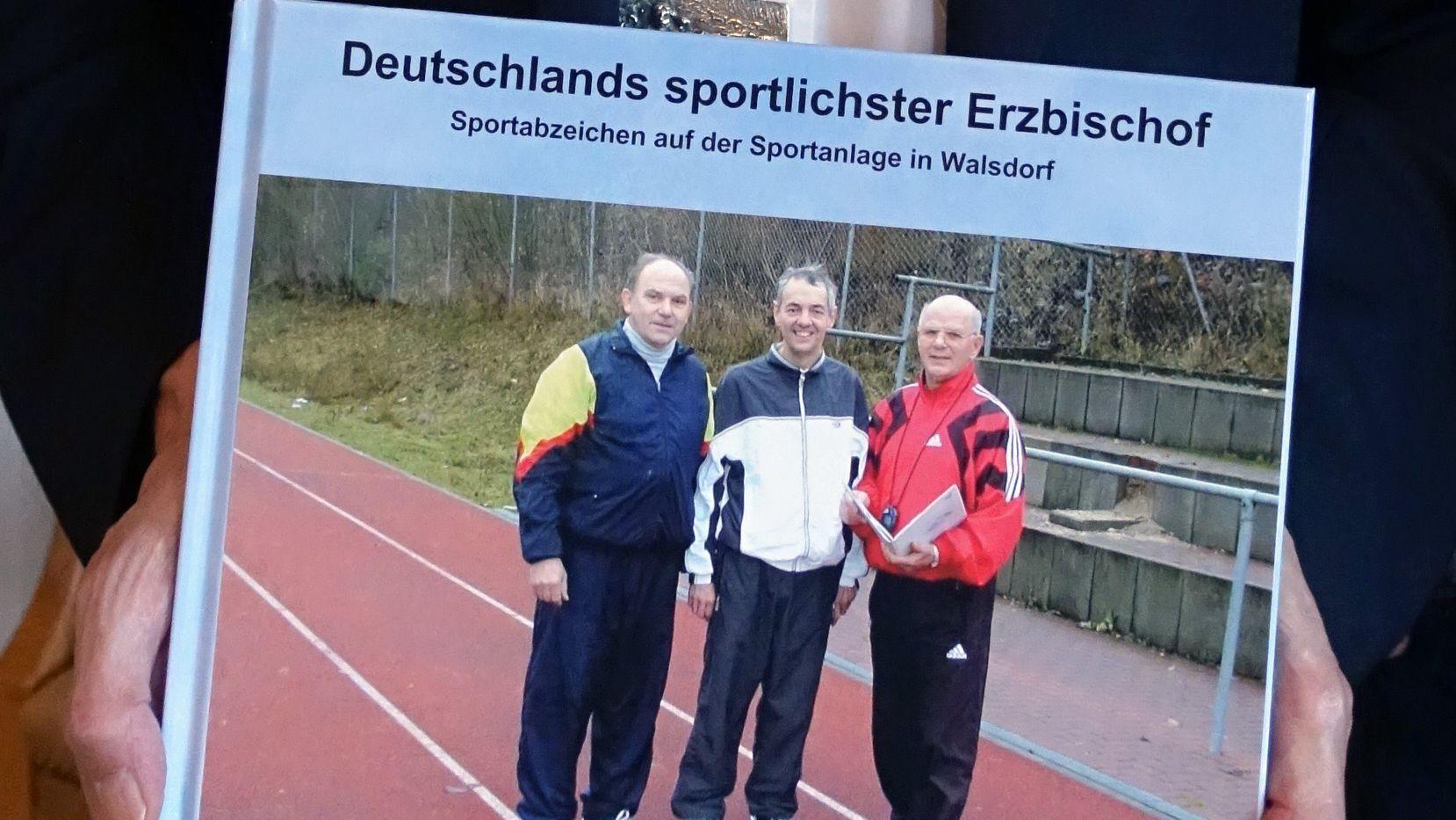 Bildband über Erzbischof Ludwig Schick beim Goldenen Sportabzeichen