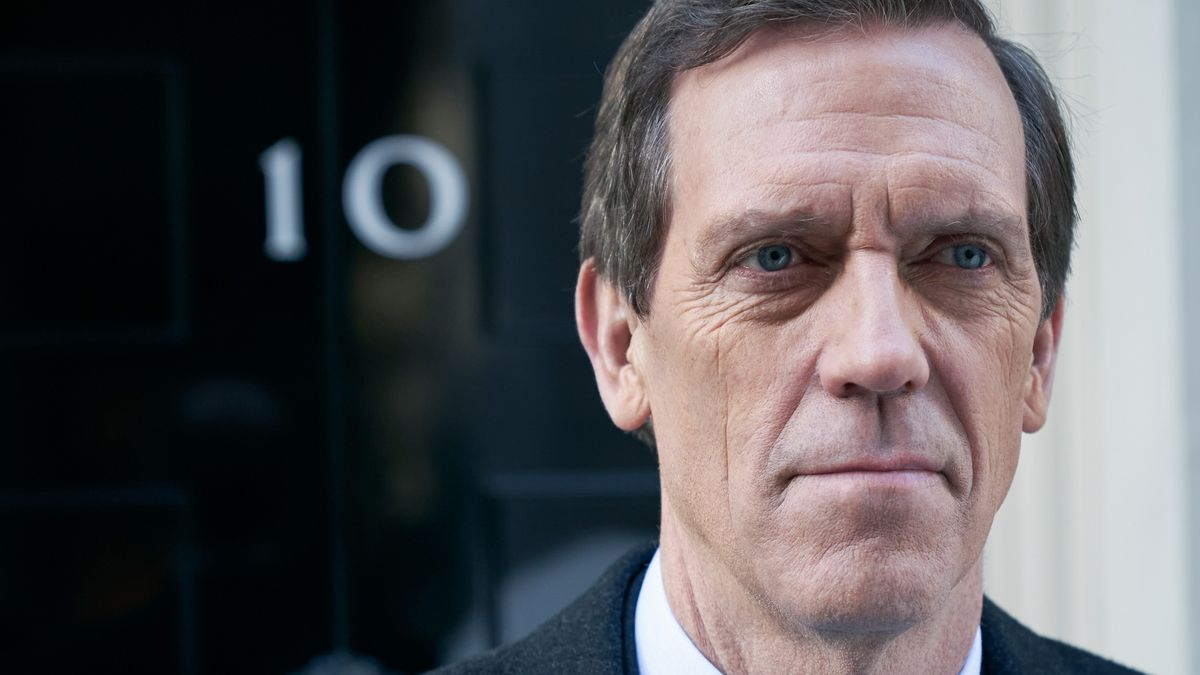 "Hugh Laurie als skrupelloser Minister Peter Laurence  in der Serie ""Roadkill"" vor der Downing Street 10 in London."