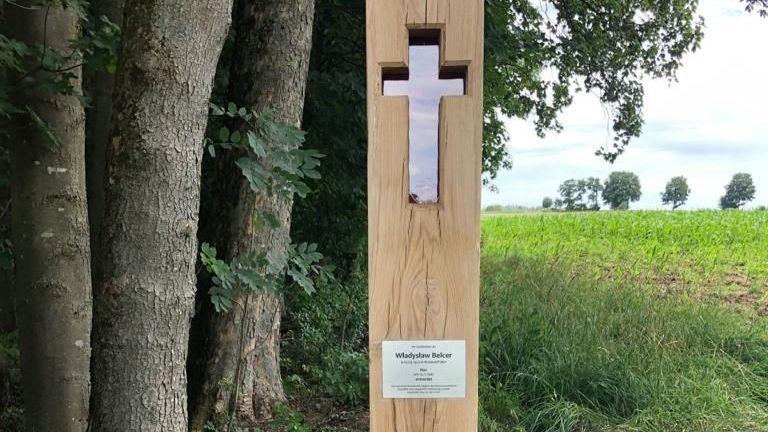 Ein Kreuz soll an den ermordeten polnischen Zwangsarbeiter erinnern