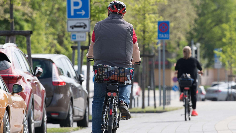 Zwei Radfahrer von hinten