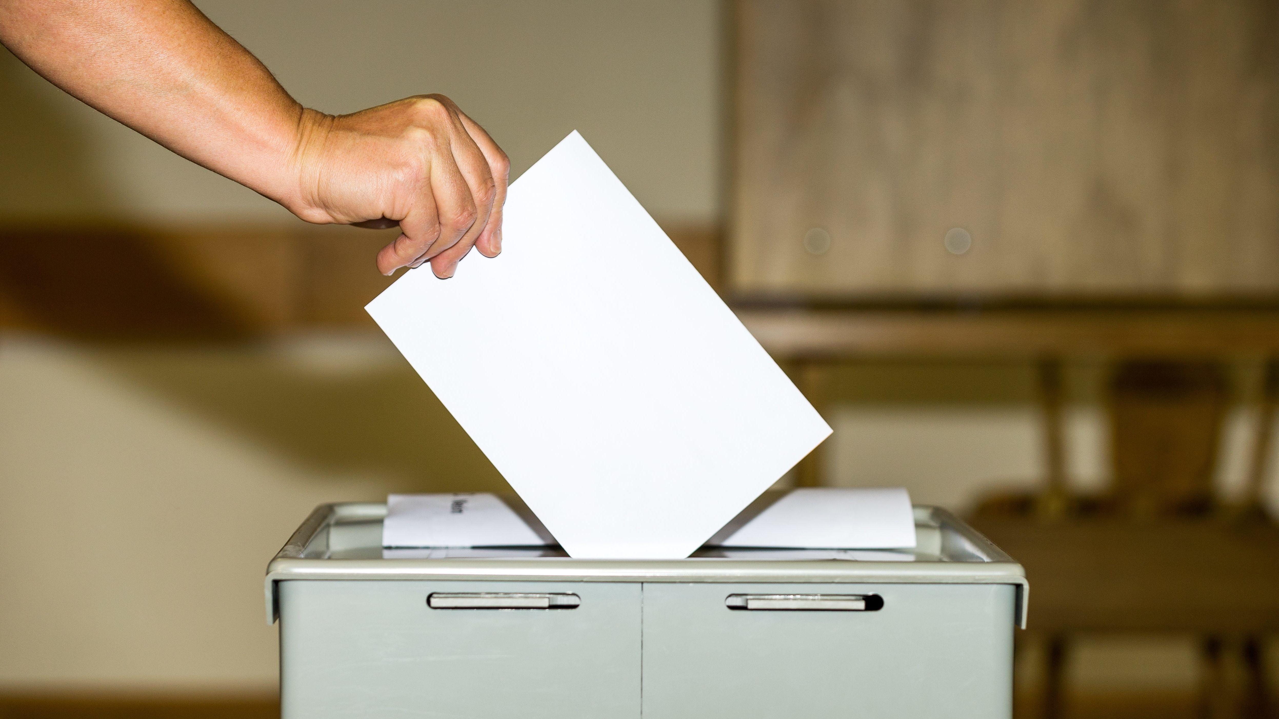 Ein Wähler wirft seinen Stimmzettel zu einem Bürgerentscheid in die Wahlurne