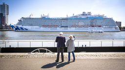 Das Kreuzfahrtschiff Regal Princess mit etwa neunhundert Europäern an Bord kommt Anfang Mai im Rotterdamer Hafen an. Das Schiff, das zuvor im Hafen von Southampton (England) angedockt hatte, bringt Besatzungsmitglieder anderer Kreuzfahrtschiffe nach Europa zurück.   Bild:pa/dpa/Remko de Waal