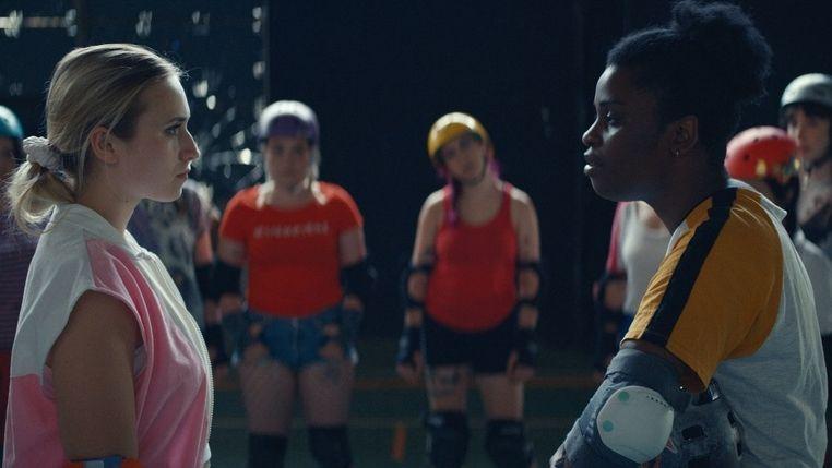 """Spielszene aus """"Derby Girl"""" Lola (links) steht einer Teamkollegin oder einer Gegnerin gegenüber."""