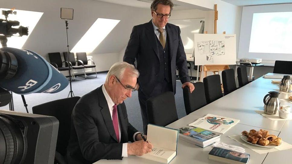 Der frühere Finanzminister signiert Exemplare seines Buches