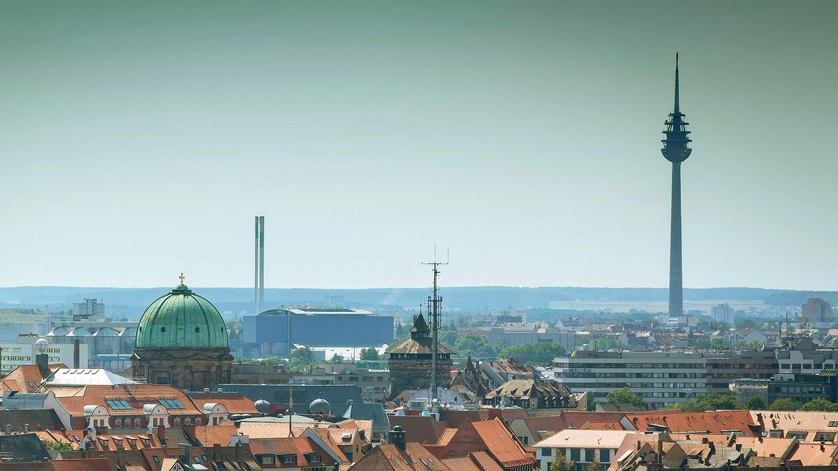 Nürnbergs Fernmeldeturm (rechts im Bild) ist nun Bayerns höchstes Baudenkmal. Eine Aufnahme aus dem Jahr 2019.