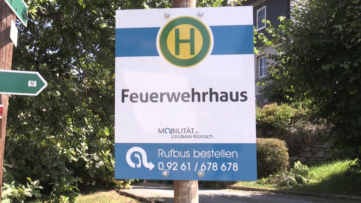 """Rufbus-Schild """"Feuerwehrhaus"""" im Landkreis Kronach."""