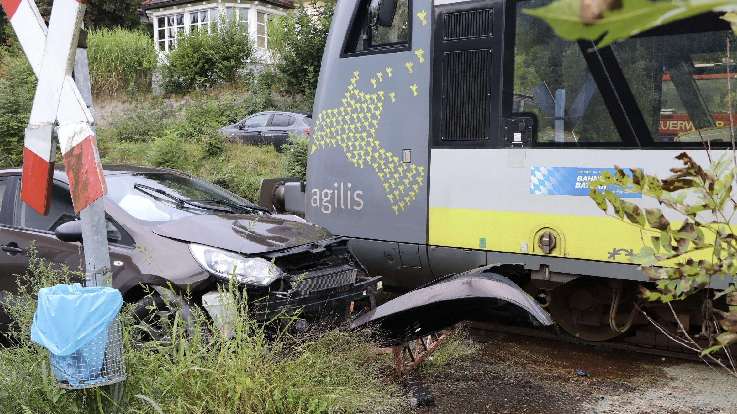 Ein Zug der Ilztalbahn hat ein Auto erfasst. Fahrgäste mussten ihre Reise mit Bussen fortsetzen.