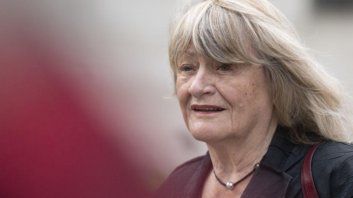 Feministin Alice Schwarzer geht mit wehenden Haaren im Freien