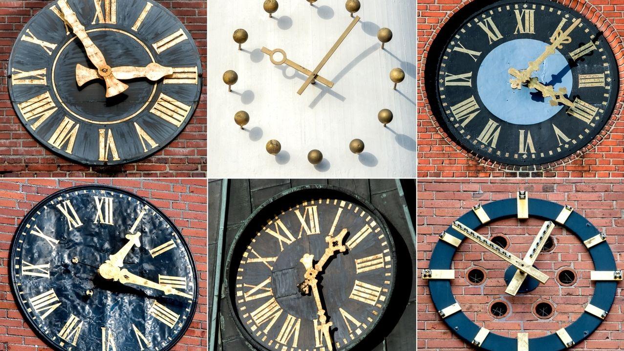 Verschiedene Uhren an Kirchtürmen.