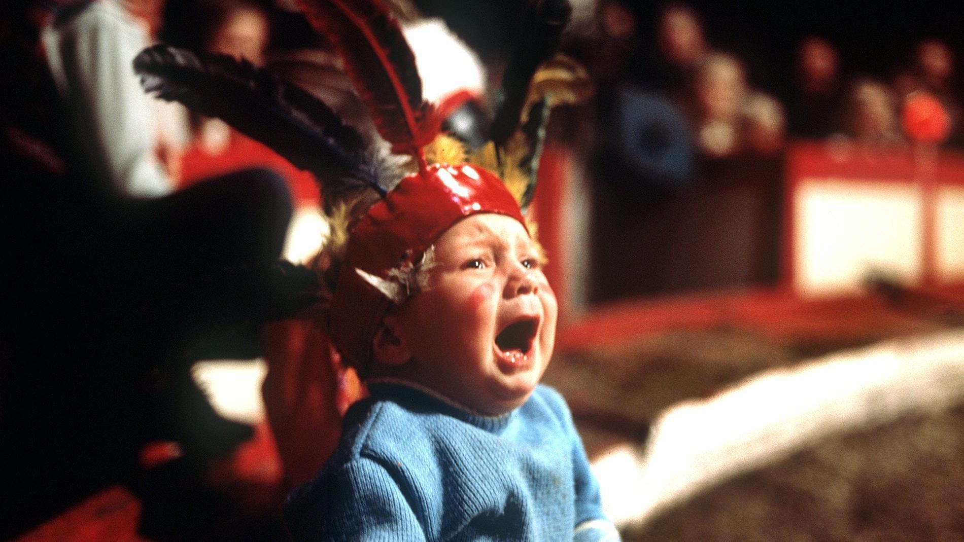 Einem kleinen als Indianer verkleideten Jungen scheint das Kinderfaschingsfest im Zirkus Roland nicht zu gefallen.