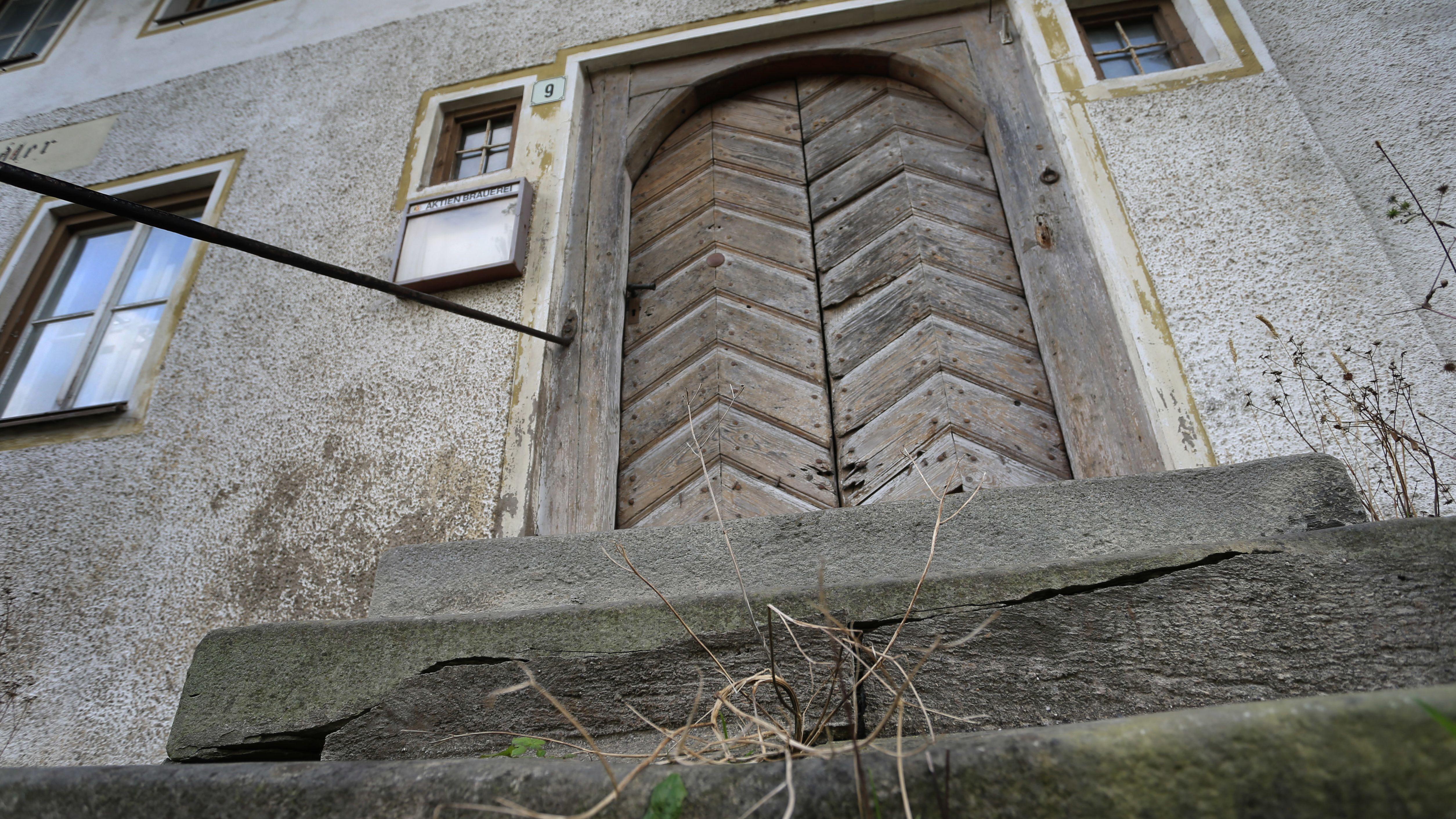Der Eingang eines leerstehenden ehemaligen Dorfwirtshauses in Burggen (Bayern) im Landkreis Weilheim/Schongau
