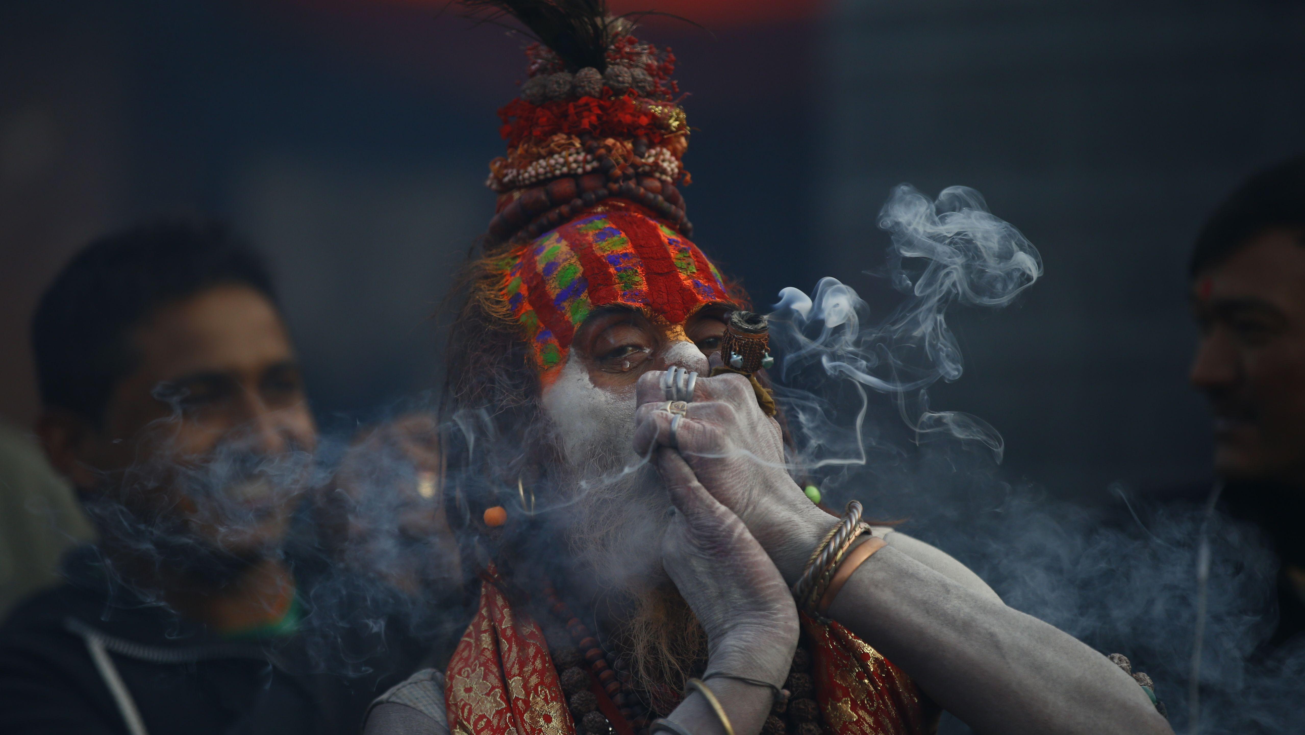In Nepal raucht ein Hindu-Asket Marihuana