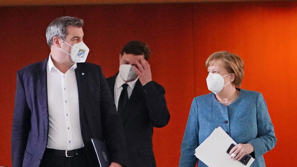Bundeskanzlerin Angela Merkel (CDU) kommt neben Markus Söder (CSU, l) zu der Pressekonferenz nach dem Impfgipfel im Kanzleramt.