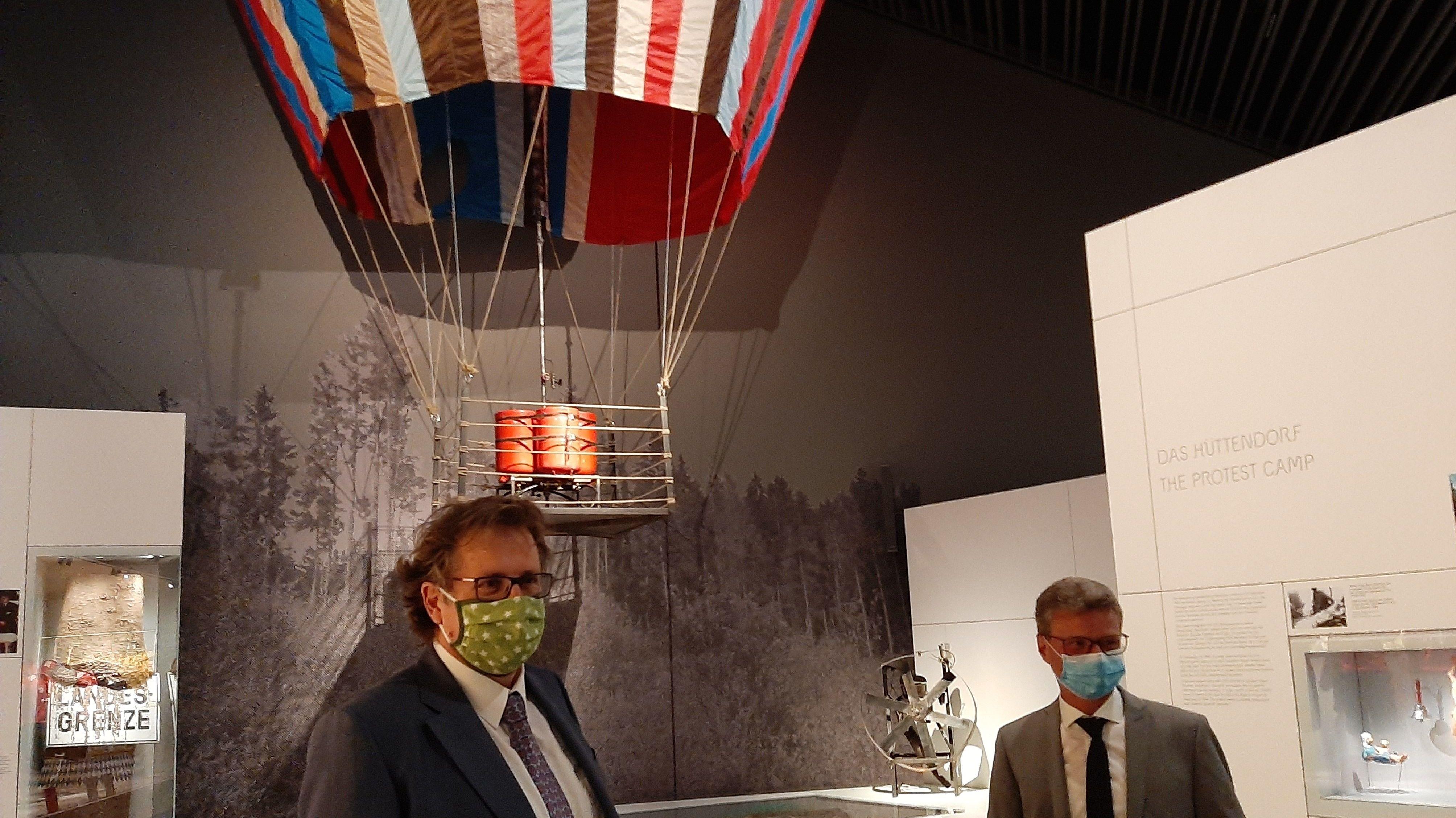 Kunstminister Sibler (rechts) und der Direktor des Hauses der Bayerischen Geschichte, Loibl, stellten das weitere Programm des Museums vor.