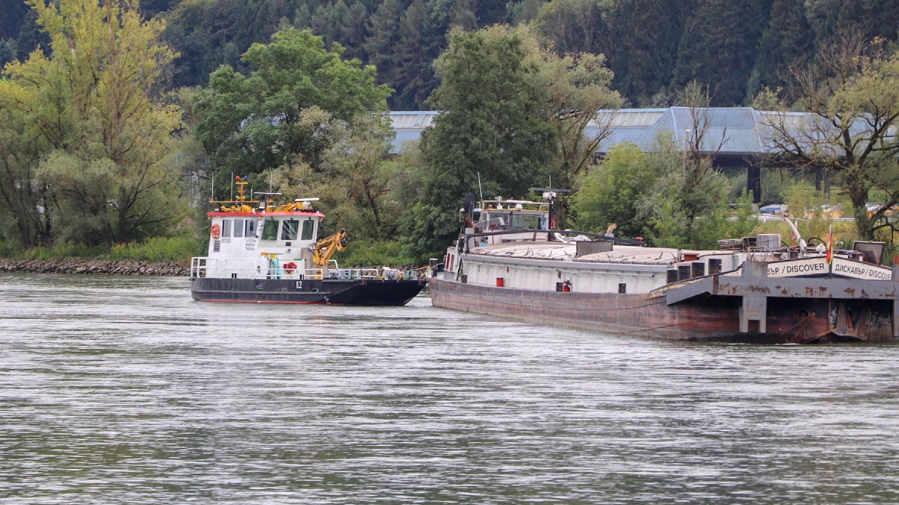 Ein Frachtschiff hat sich bei Vilshofen auf der Donau festgefahren.