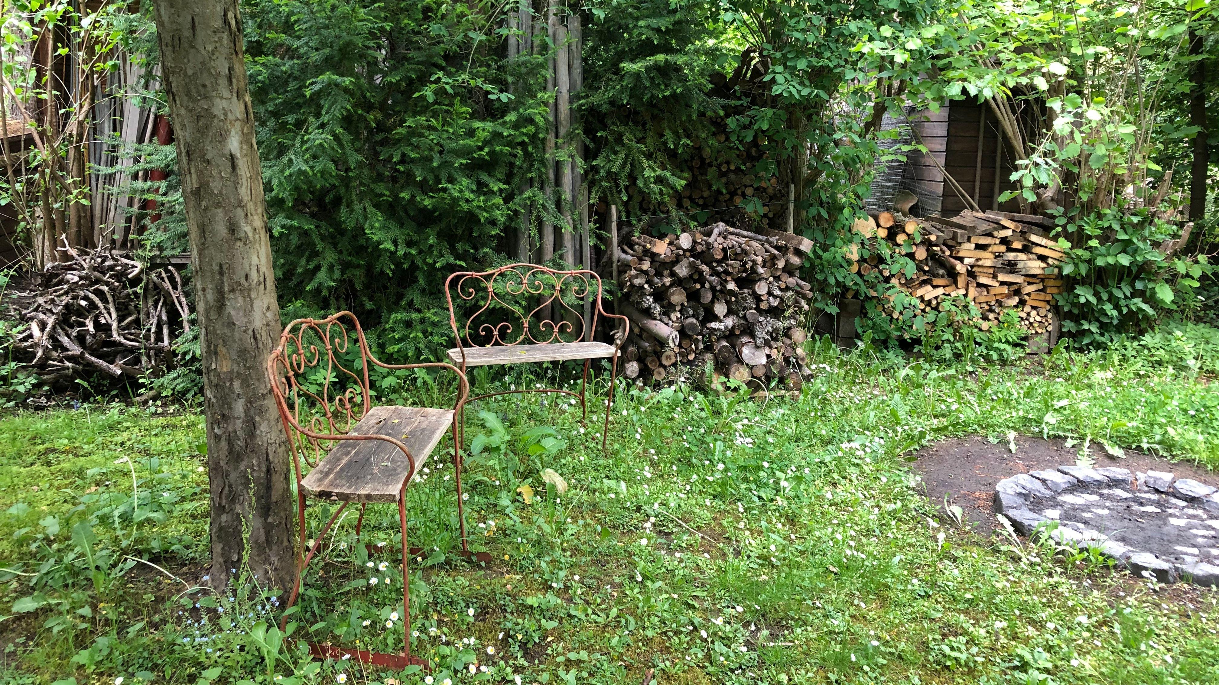 Feuerstelle mit Sitzmöglichkeiten