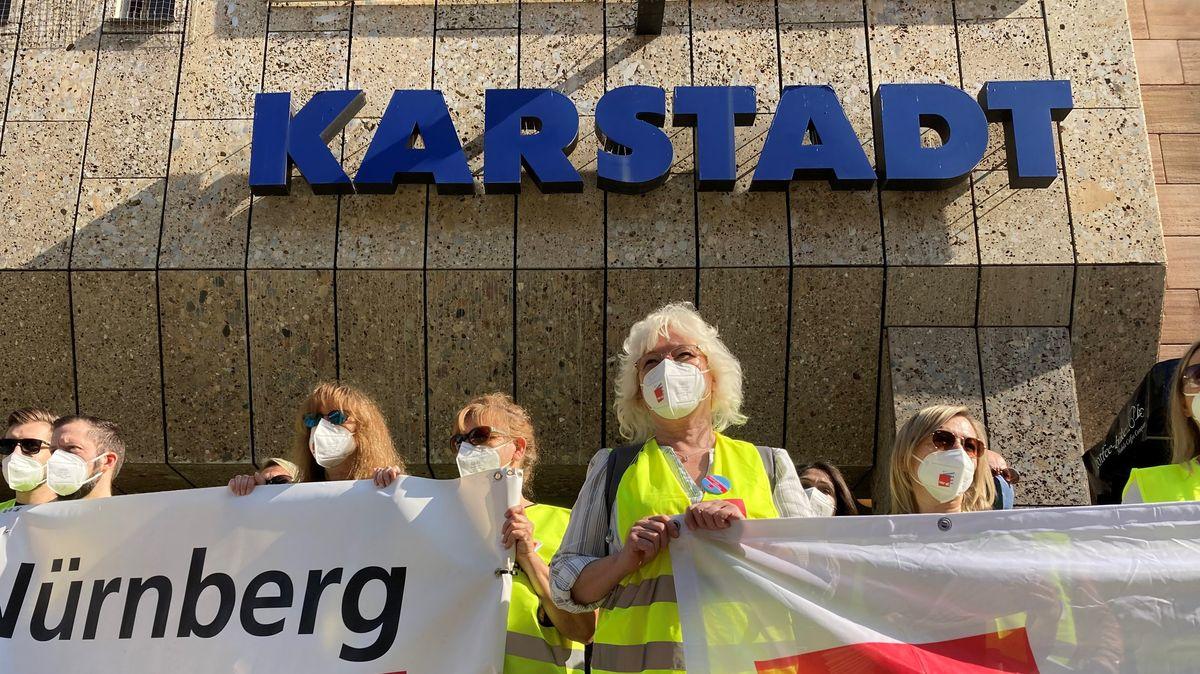 Mitarbeiter von Galeria Karstadt Kaufhof demonstrieren in Nürnberg.