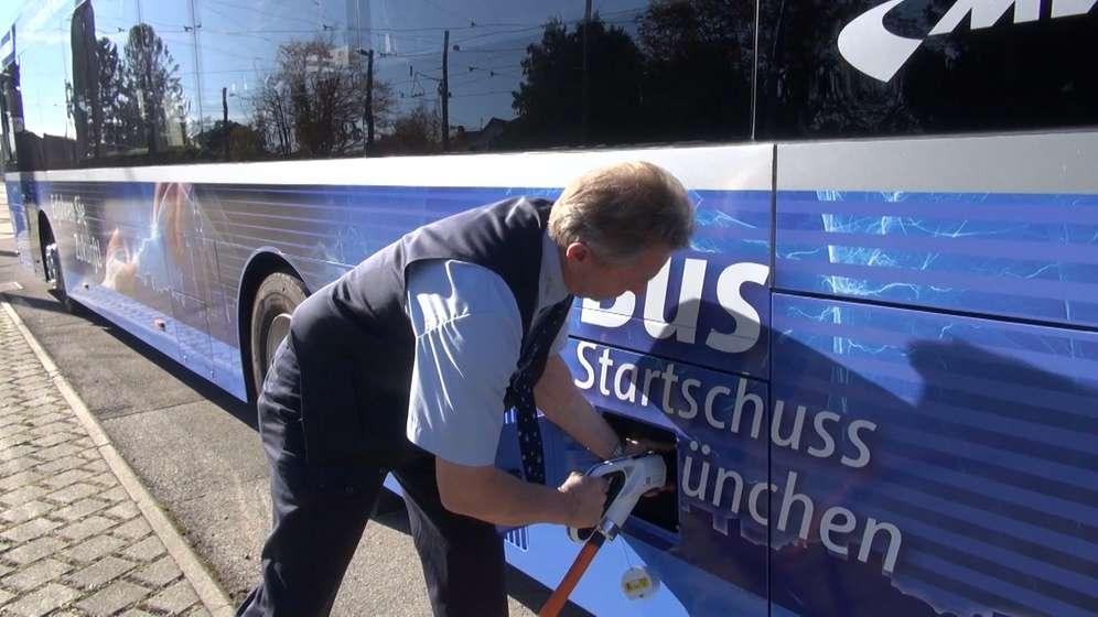 Fahrer lädt Bus an E-Tankstelle auf | Bild:BR24