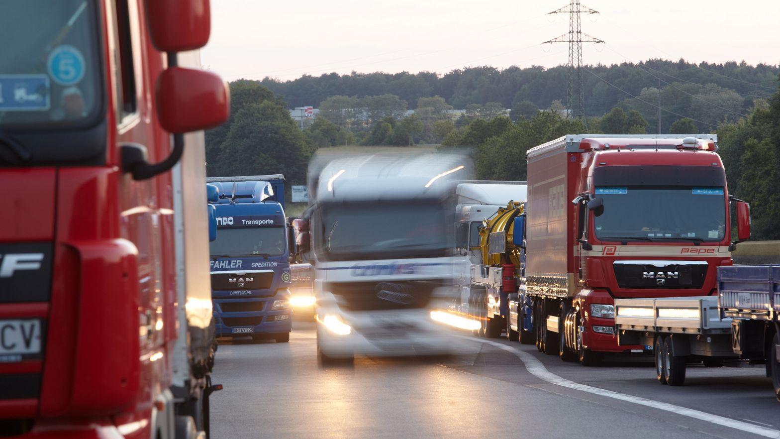 Lastwagen auf einem Autobahnparkplatz