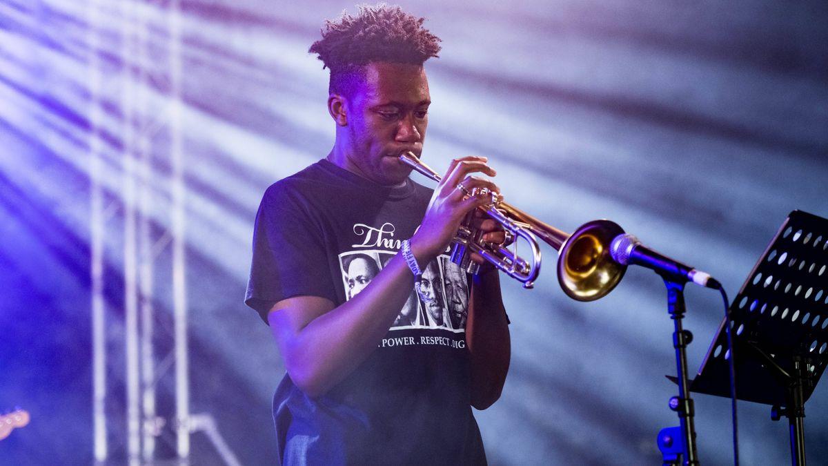 Der Schlagzeuger Moses Boyd mit Trompete