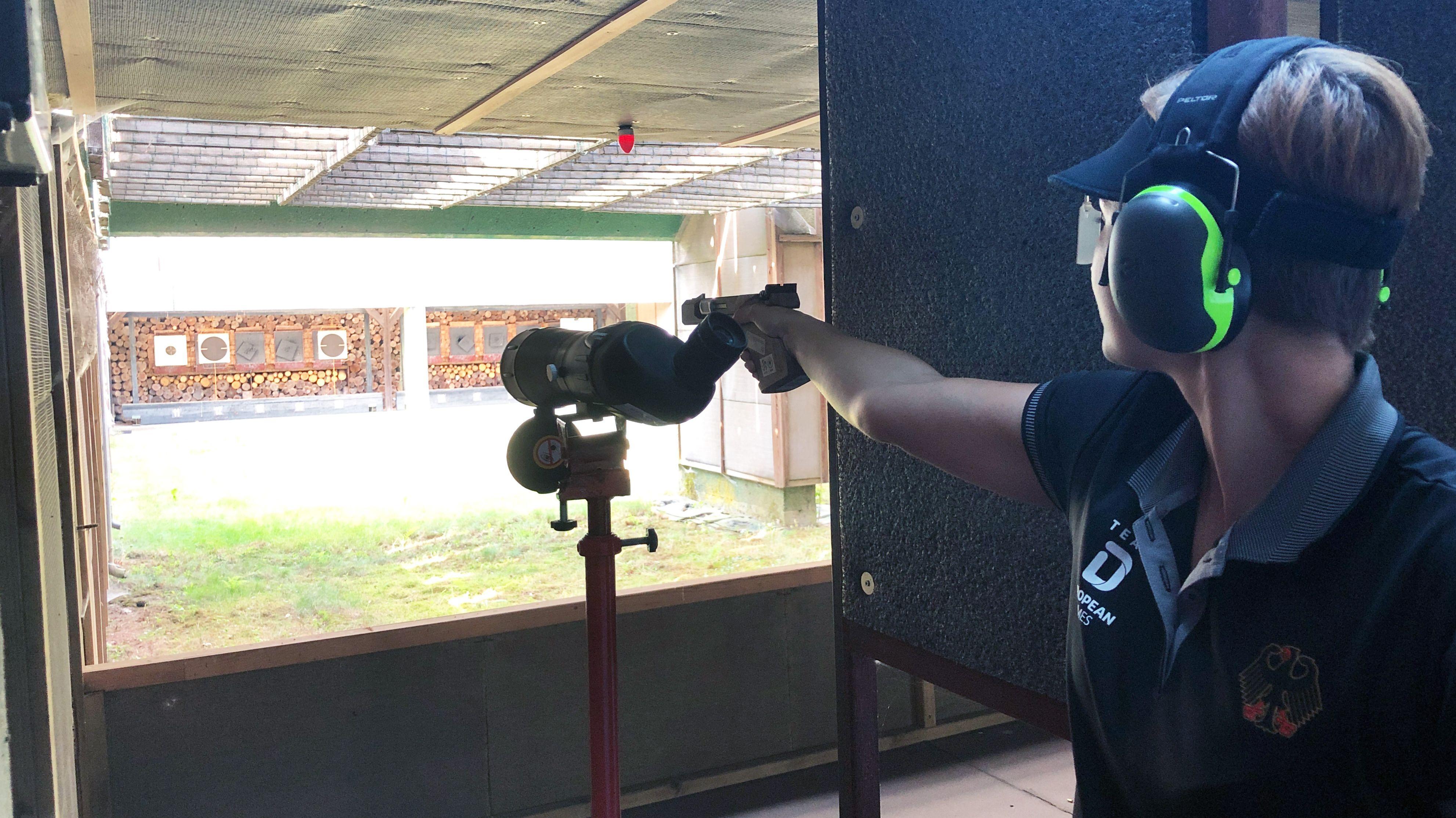 Im Training: Sandra Reitz visiert eine Zielscheibe an