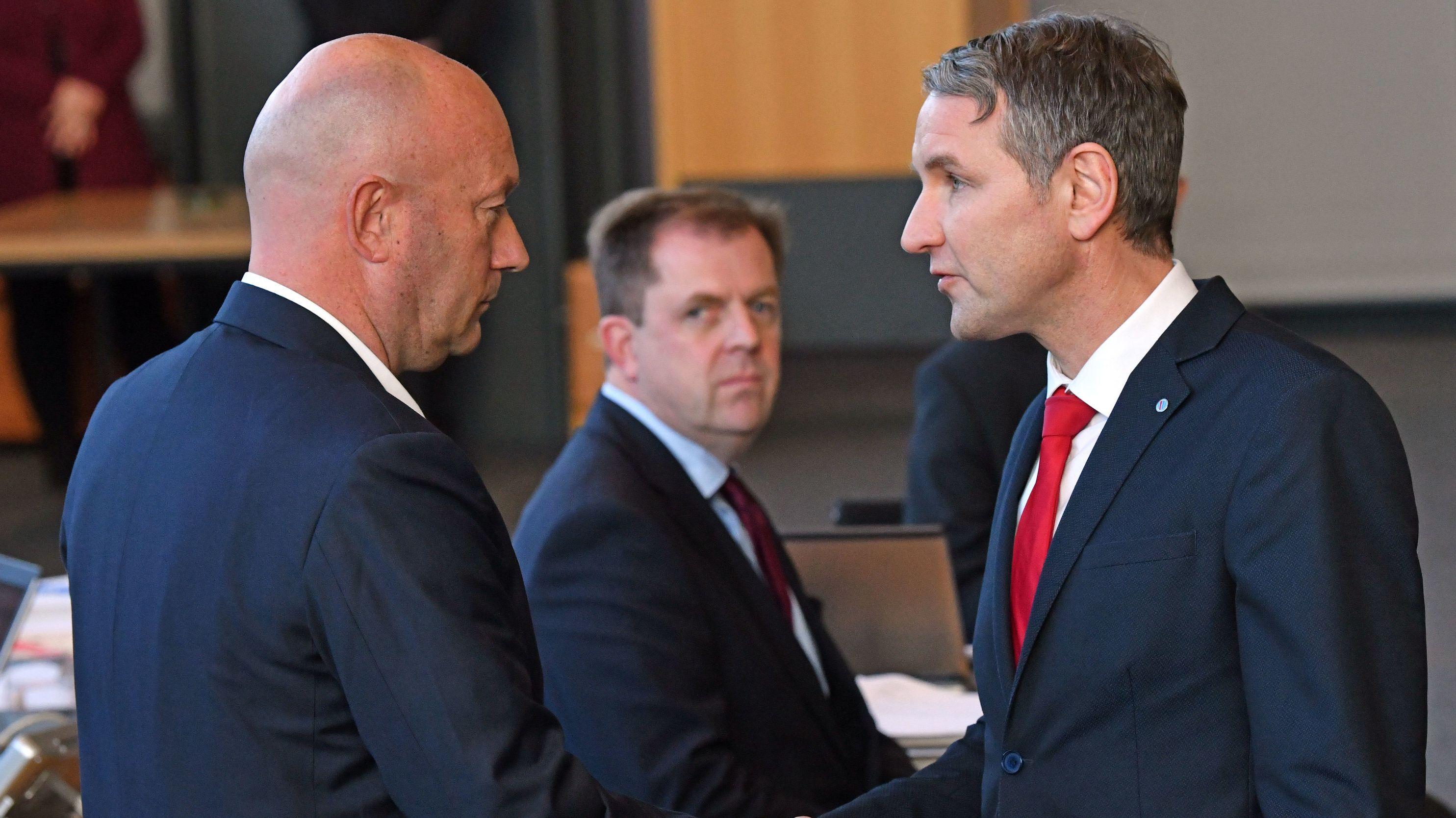 Björn Höcke, (r) Fraktionsvorsitzender der AfD, gratuliert Thomas Kemmerich (l., FDP),