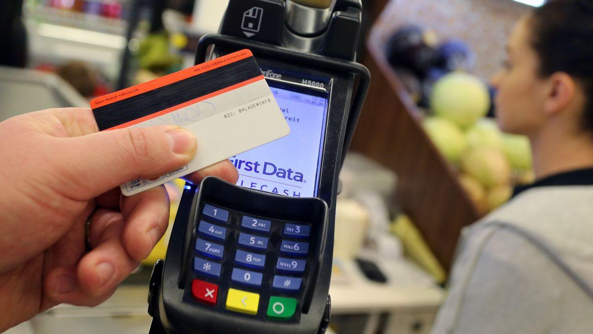 Ein Kunde bezahlt mit Karte im Supermarkt.