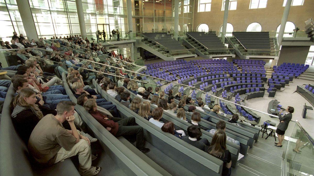 Der Besucherdienst schleust Besucher durchs Parlament.