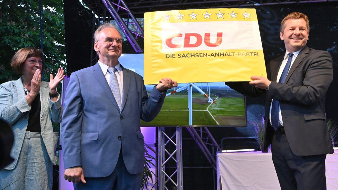 Sachsen-Anhalt, Magdeburg: Reiner Haseloff (m.), CDU, Ministerpräsident von Sachsen-Anhalt und der CDU-Landesvorsitzende Sven Schulze.