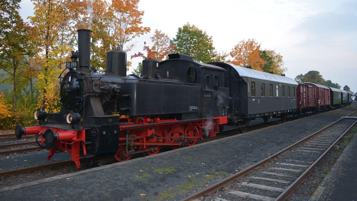 Das Rhön-Zügle auf den Gleisen beim Fränkischen Freilandmuseum Fladungen