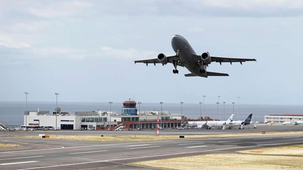 Der Airbus der Luftwaffe hebt mit den verletzten Urlaubern an Bord vom Flughafen auf Madeira ab. | Bild:Reuters