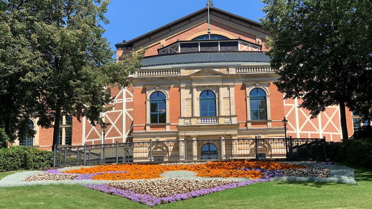 Blick auf das Königsportal des Festspielhauses in Bayreuth