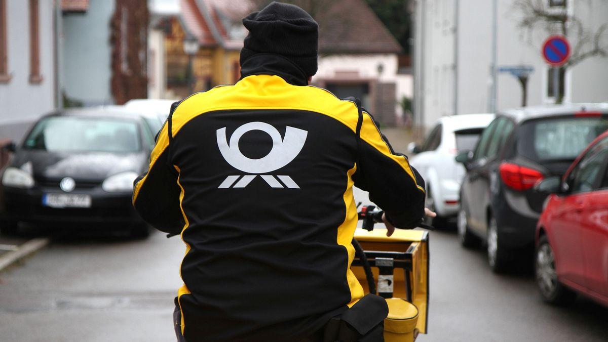 Symbolbild: Postbote auf dem Fahrrad
