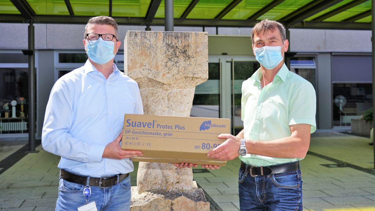 Kurze Transportwege haben die Masken aus Straubing, die in Mallersdorf testweise eingesetzt werden.
