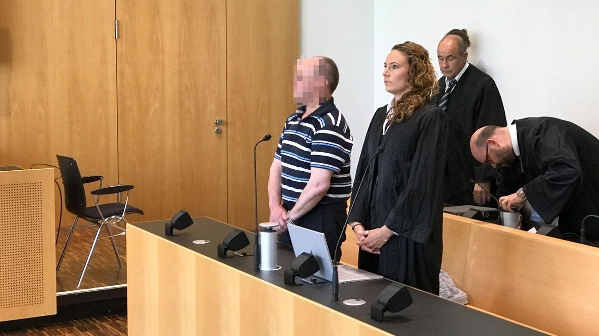 Der Angeklagte im Gerichtssaal im Landgericht Augsburg