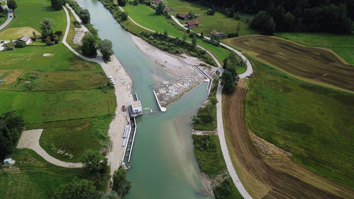 Aufnahme aus der Vogelperspektive: Ein Teil der Loisach läuft einige Meter lang in einem Kanal, dort verbirgt sich das Schachtkraftwerk. Der restliche Flusslauf läuft daneben ungestört weiter.