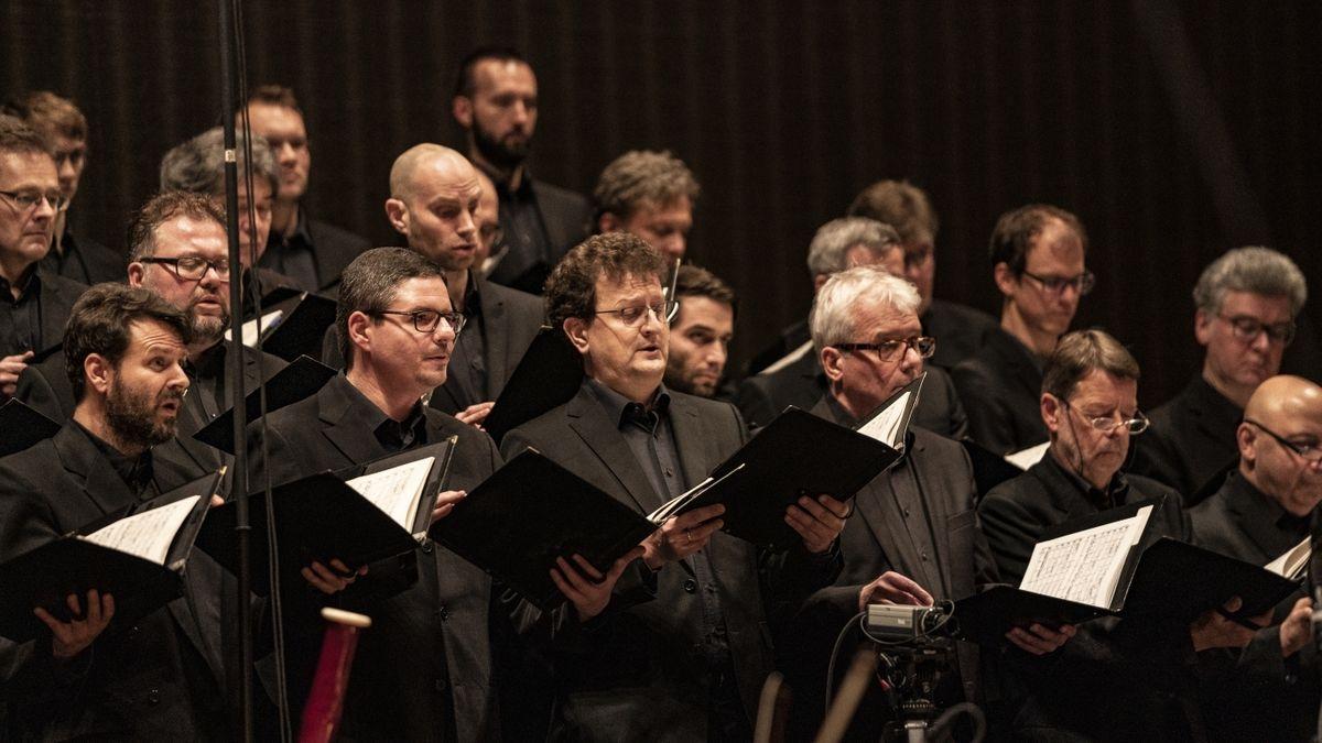 Mitglieder eines Chors während eines Auftritts (Symbolbild)
