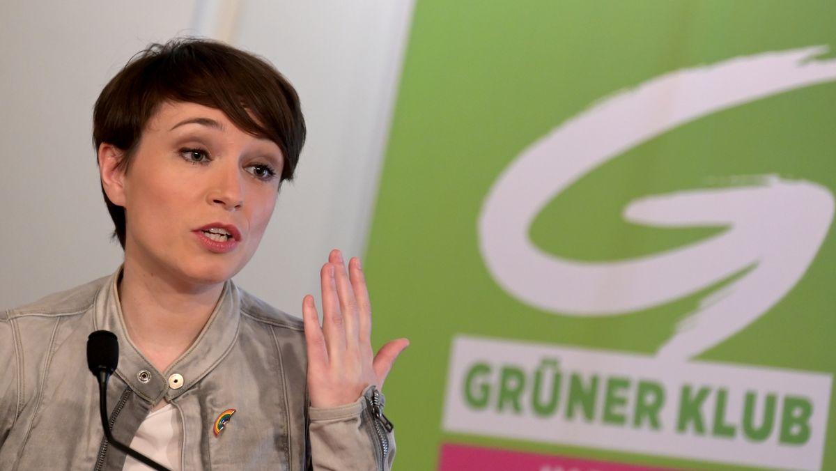 """Die Politikerin Sigrid Maurer,im Juni 2020, während einer PK der Grünen zum Thema """"Transparenz- und Antikorruptionspaket"""" in Wien."""