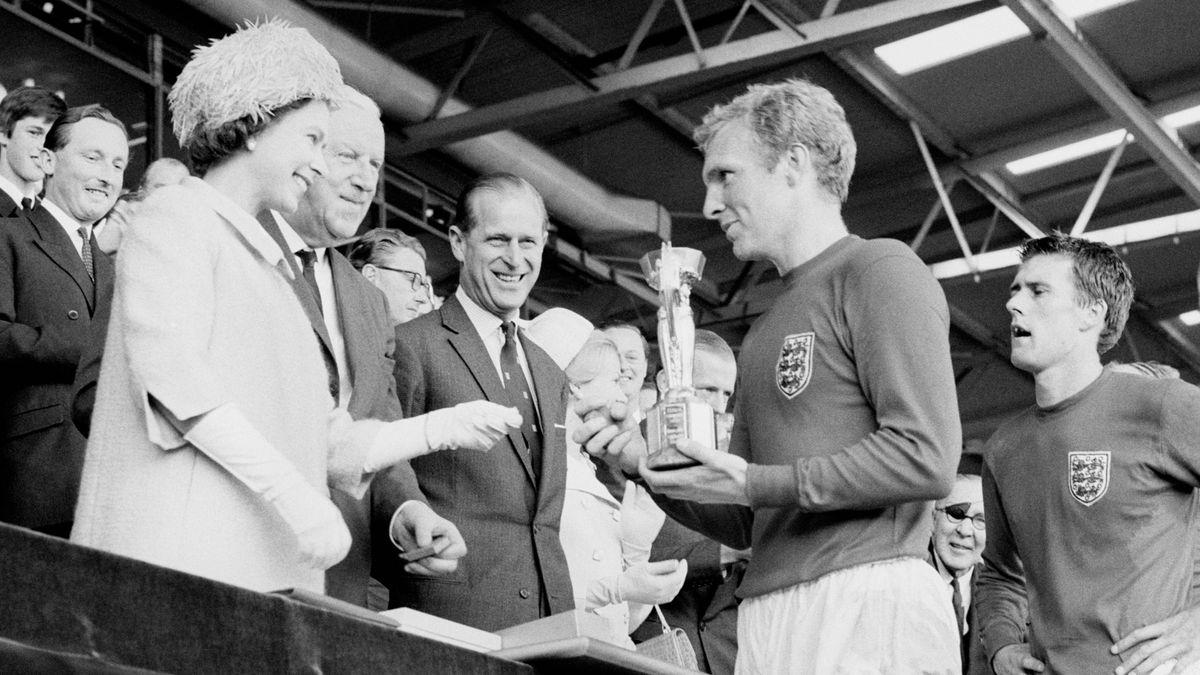 Wembley-Stadion 1966: König Elizabeth II. überreicht den WM-Pokal an Bobby Moore