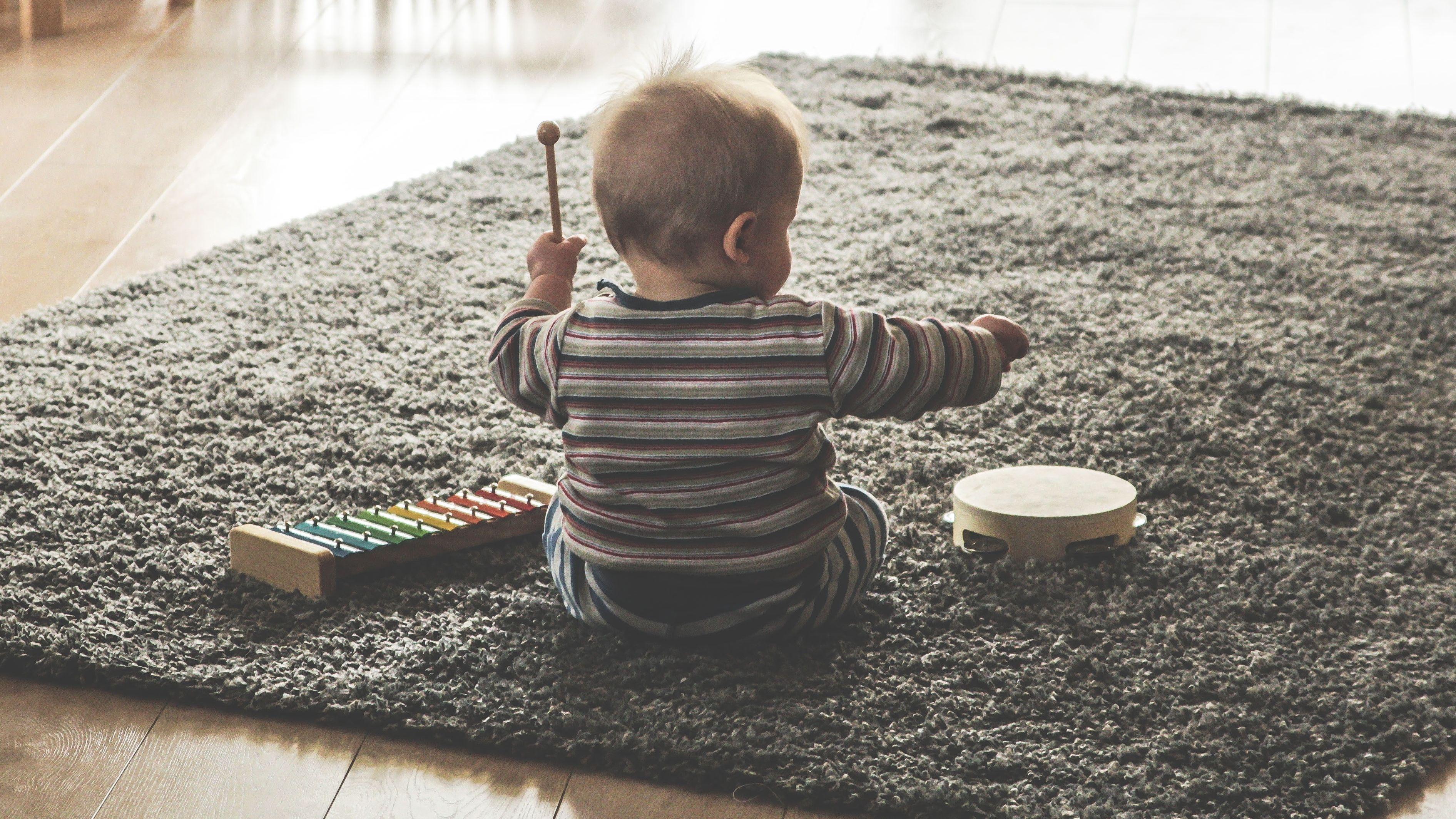 Baby beim musizieren (Symbolbild)