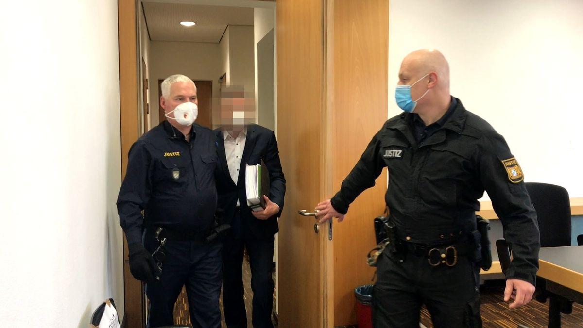 In Augsburg hat ein Korruptionsprozess gegen einen früheren Lech-Stahl-Werke-Chef begonnen.