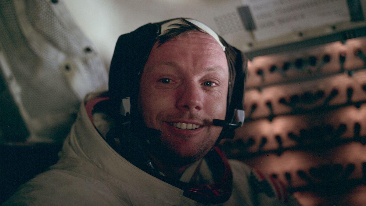 Nach nur zweieinhalb Stunden ist der Außeneinsatz auf dem Mond beendet. Wieder an Bord des Eagle entsteht dieses Bild von Armstrong.